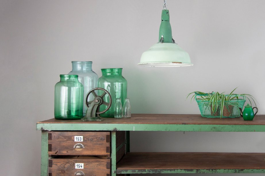 Discover Pamono's collection of original, vintage lighting sourced from warehouses, factories, and more