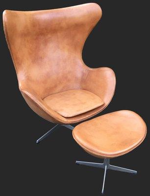 Silla Egg y otomana de cuero coñac de Arne Jacobsen para Fritz ...