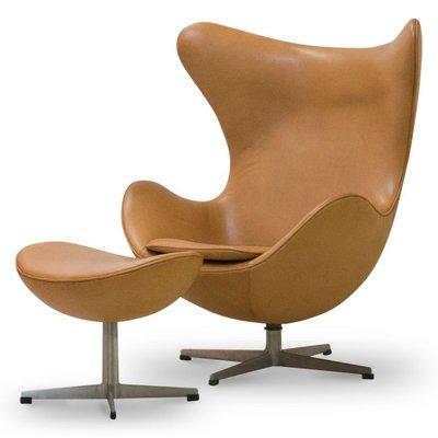 Egg Chair Und Ottomane Aus Leder Von Arne Jacobsen.
