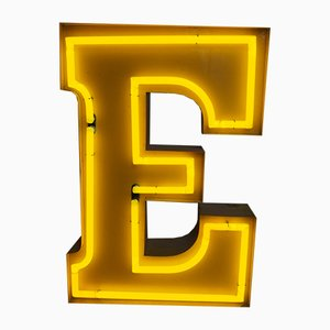 Lettera E vintage al neon