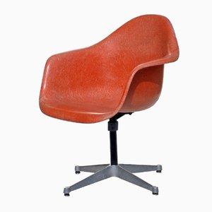 Orangefarbener Vintage Drehstuhl von Charles & Ray Eames für Herman Miller, 1960er