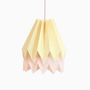 Lampe Origami Jaune Pâle avec Bande Rose Pastel par Orikomi