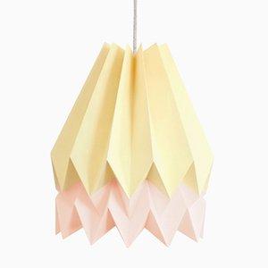 Lampe Origami PLUS Jaune Pâle avec Bande Rose Pastel par Orikomi
