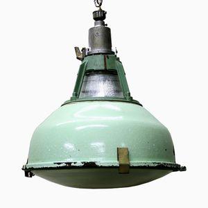 Lámpara colgante industrial vintage esmaltada en verde con vidrio, años 50