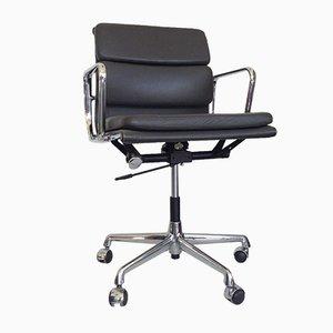 Chaise à Coussin Moelleux EA 217 Vintage en Cuir par Charles & Ray Eames