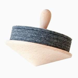 Brillo Wooden Spinning Top with Coasters in Gray Felt by Artful casacontemporanea
