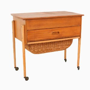 Tavolo da cucito vintage con cesta