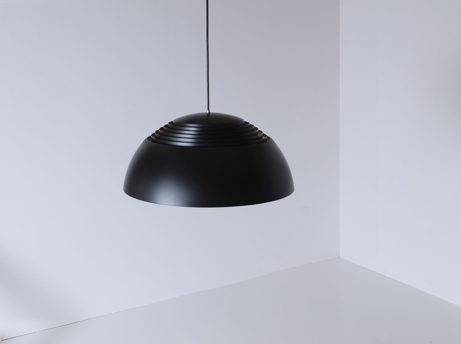 lampe suspension royal noire par arne jacobsen pour louis poulsen danemark 1950s en vente. Black Bedroom Furniture Sets. Home Design Ideas