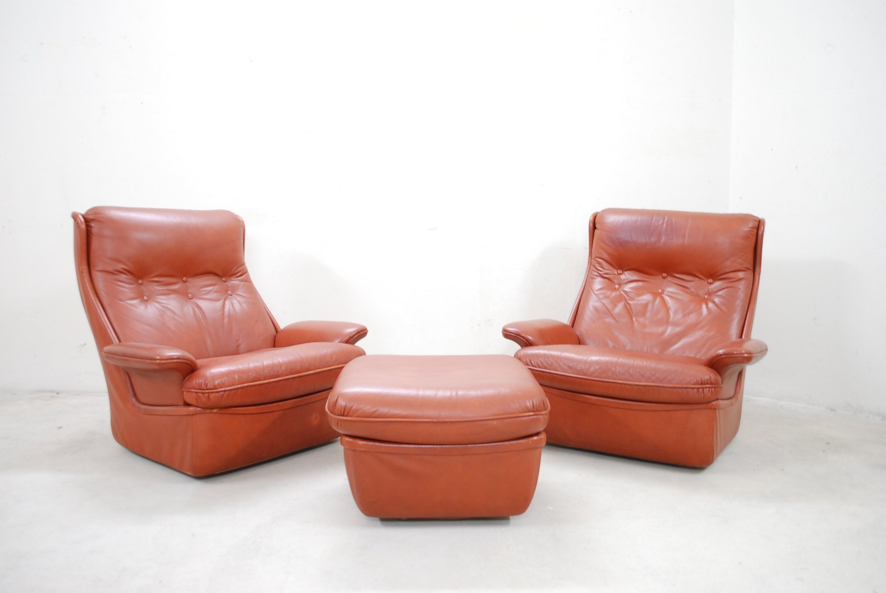 rote leder lounge st hle und ottoman von airborne bei. Black Bedroom Furniture Sets. Home Design Ideas