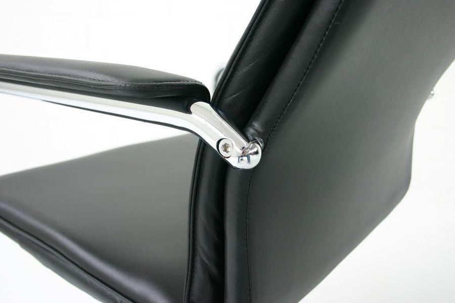 verchromter softpad freischwinger aus stahl schwarzem. Black Bedroom Furniture Sets. Home Design Ideas