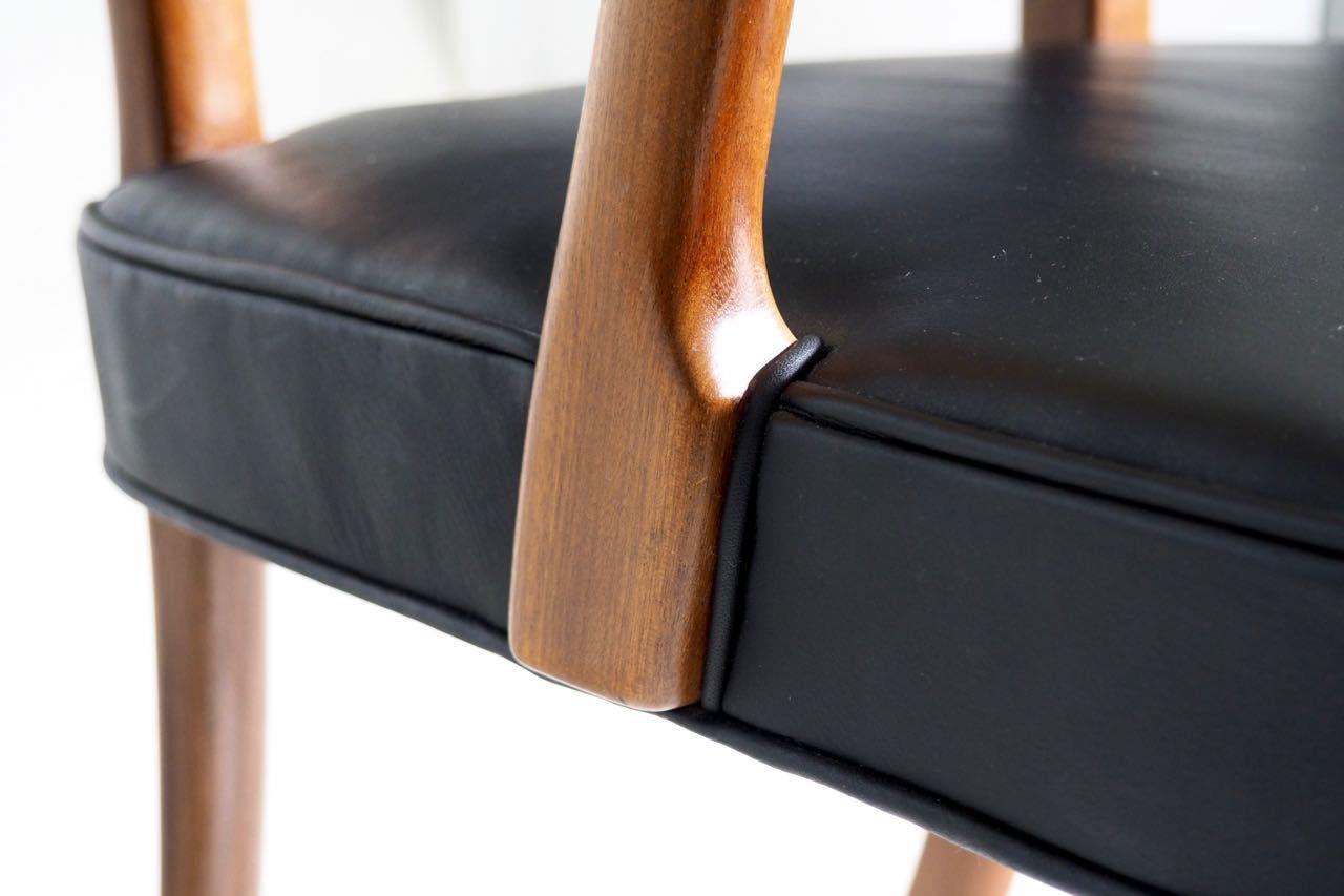 armlehnstuhl aus mahagoni und schwarzem leder von a j. Black Bedroom Furniture Sets. Home Design Ideas