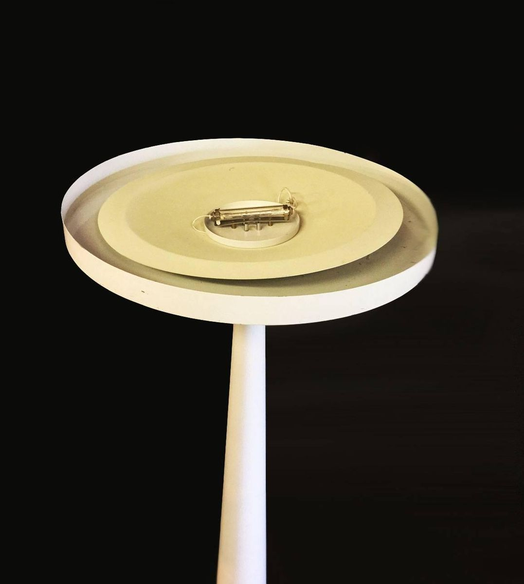 franz sische minimalistische wei e metall stehlampe 1980. Black Bedroom Furniture Sets. Home Design Ideas