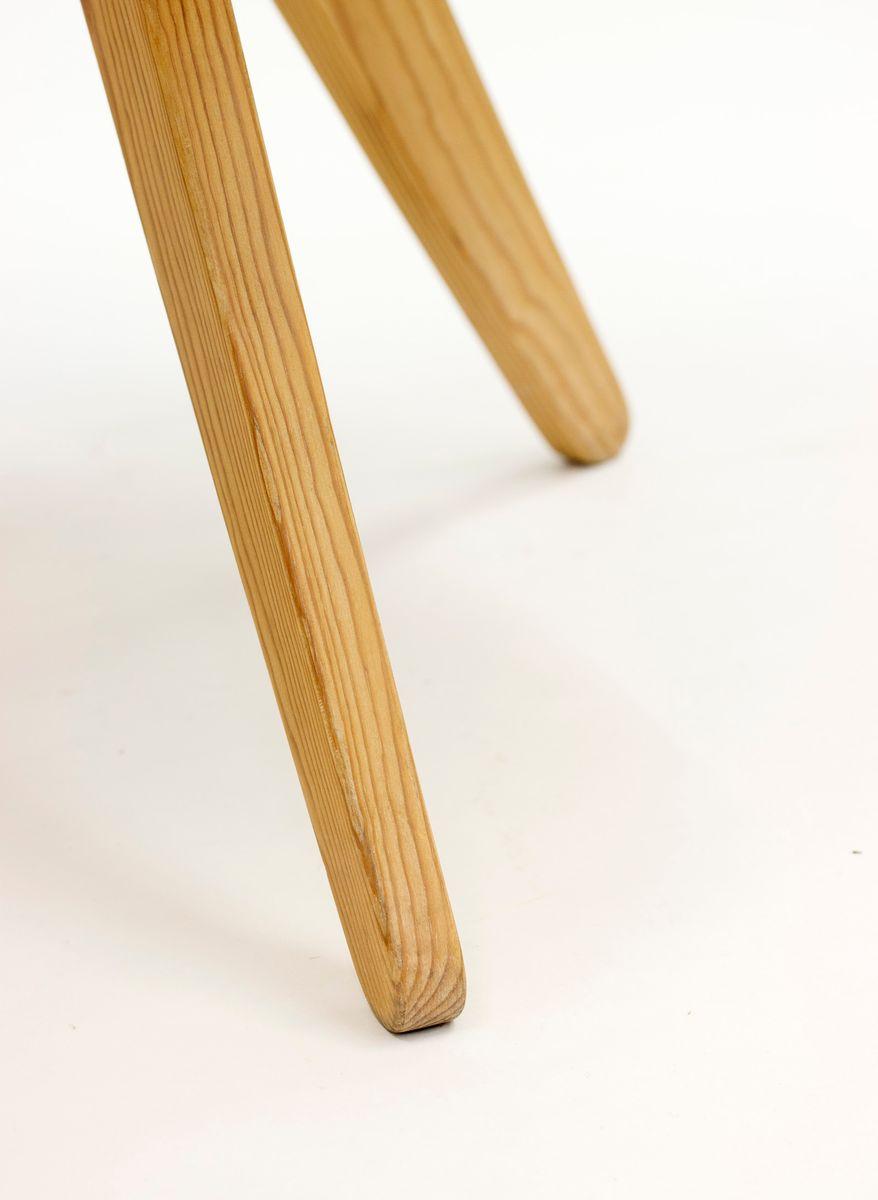 schwedischer dreibeiniger couchtisch aus kiefernholz. Black Bedroom Furniture Sets. Home Design Ideas