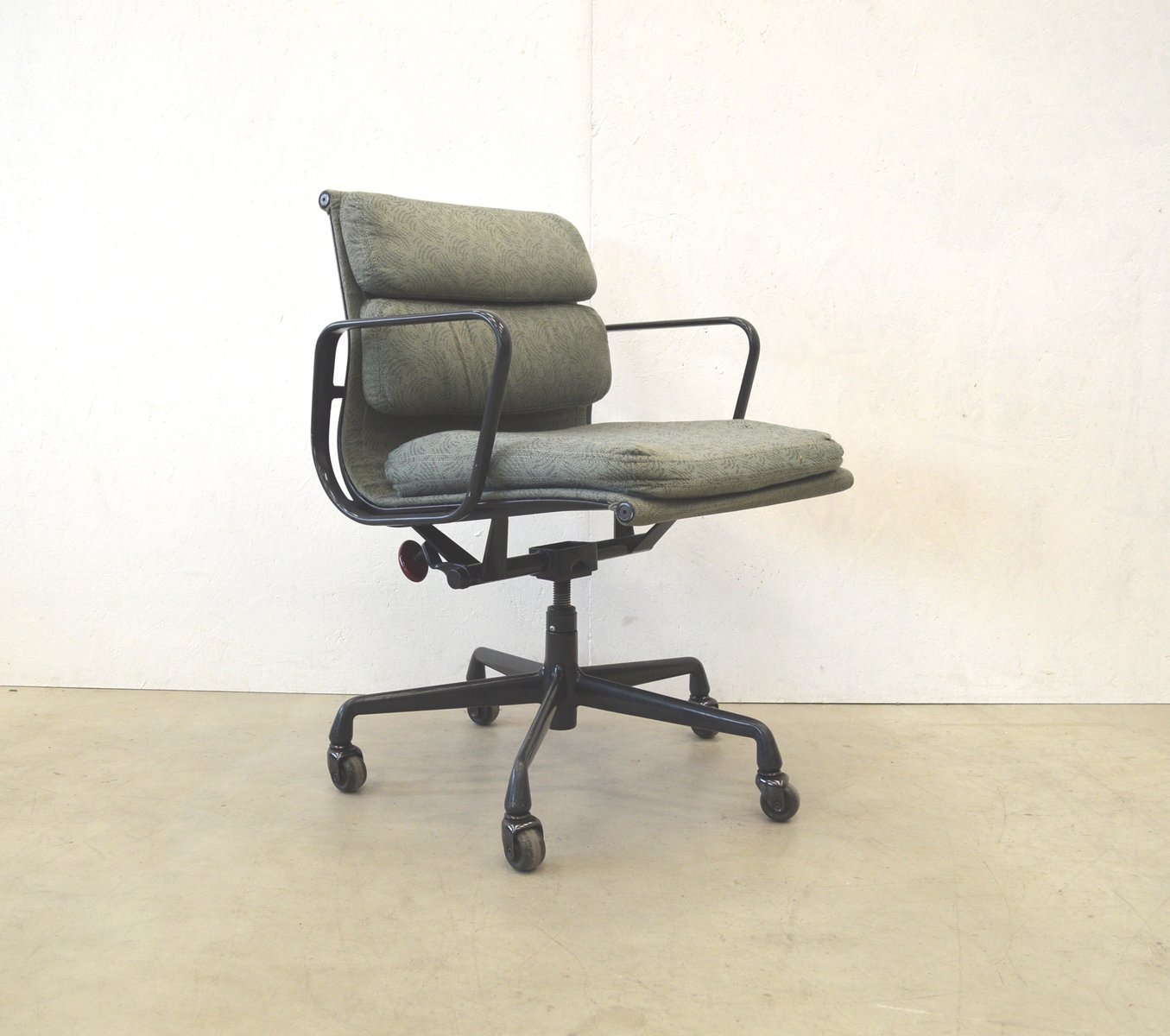 American ea217 aluminum office chair by charles ray for Eames chair deutschland
