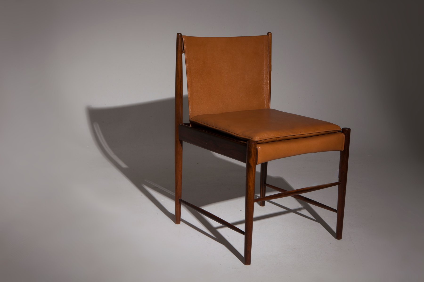 Chaises basses cantu par sergio rodrigues pour oca 1949 for Chaise basse design