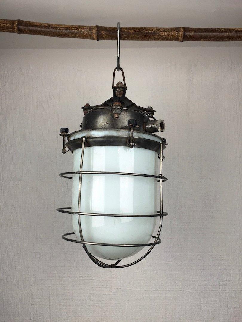industrielle vintage h ngelampe aus opalglas stahlgitter. Black Bedroom Furniture Sets. Home Design Ideas