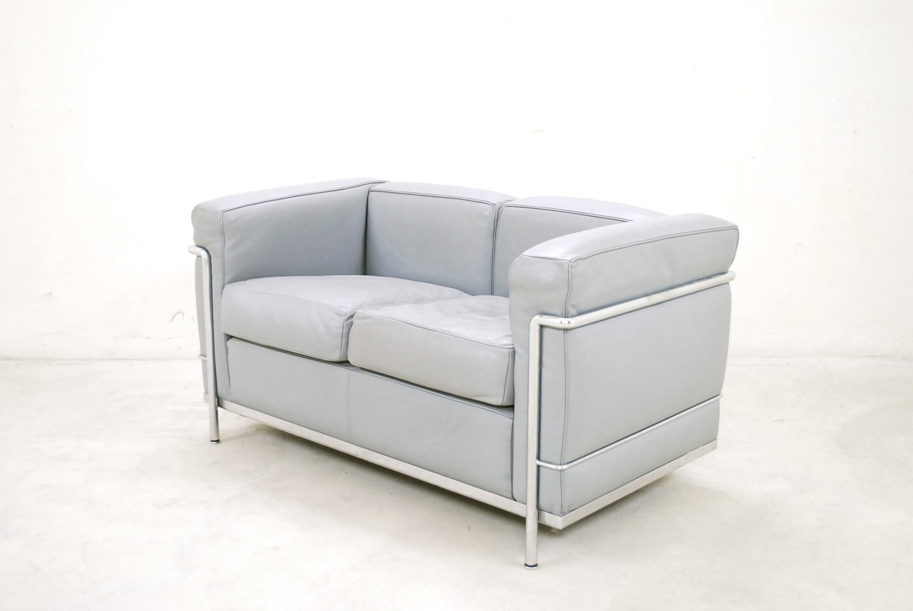 modell lc2 ledersofa von le corbusier f r cassina 1985 bei pamono kaufen. Black Bedroom Furniture Sets. Home Design Ideas