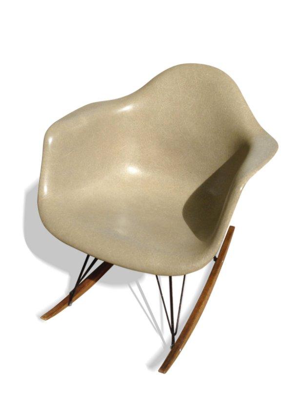 beiger rar schaukelstuhl von charles ray eames f r herman miller 1970 bei pamono kaufen. Black Bedroom Furniture Sets. Home Design Ideas