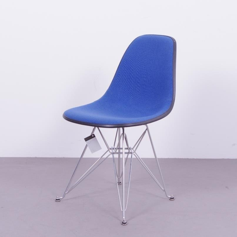 schwarzer fiberglas stuhl mit blauem bezug von charles ray eames f r herman miller 1970er bei. Black Bedroom Furniture Sets. Home Design Ideas