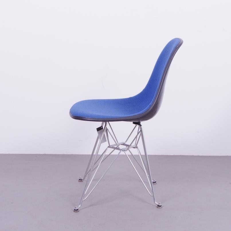 schwarzer fiberglas stuhl mit blauem bezug von charles ray eames f r herman miller 1970er bei. Black Bedroom Furniture Sets. Home Design Ideas