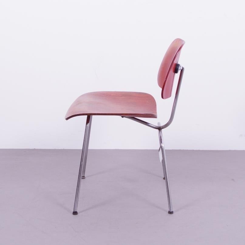 dcm stuhl aus rotem anilin von charles und ray eames f r herman miller bei pamono kaufen. Black Bedroom Furniture Sets. Home Design Ideas