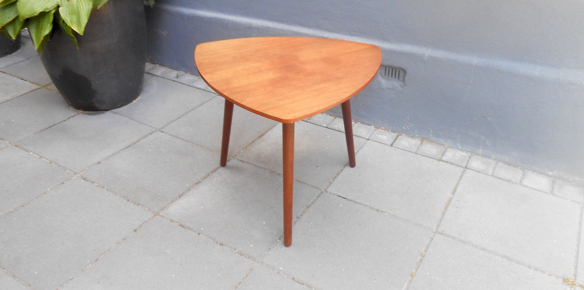 Tavolino da caff a forma di plettro di mcm danimarca for Tavolino anni 60 design