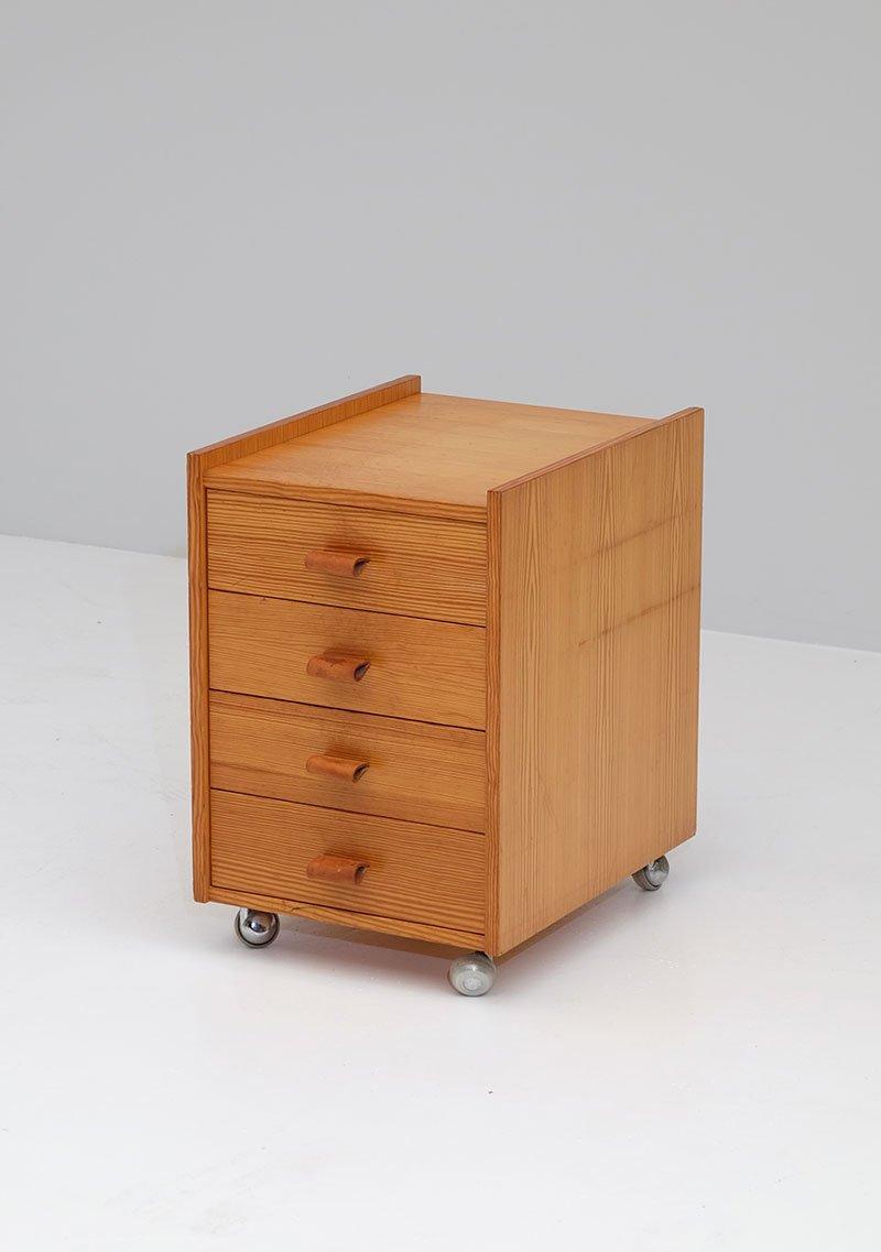 kleine kiefernholz kommode auf rollen 1970er bei pamono kaufen. Black Bedroom Furniture Sets. Home Design Ideas
