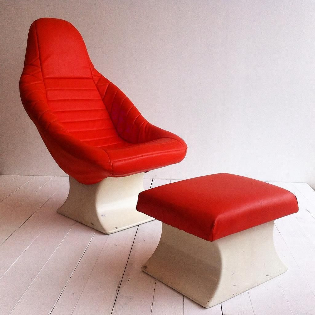 Italienischer sessel und ottomane aus wei em kunststoff for Sessel kunststoff design