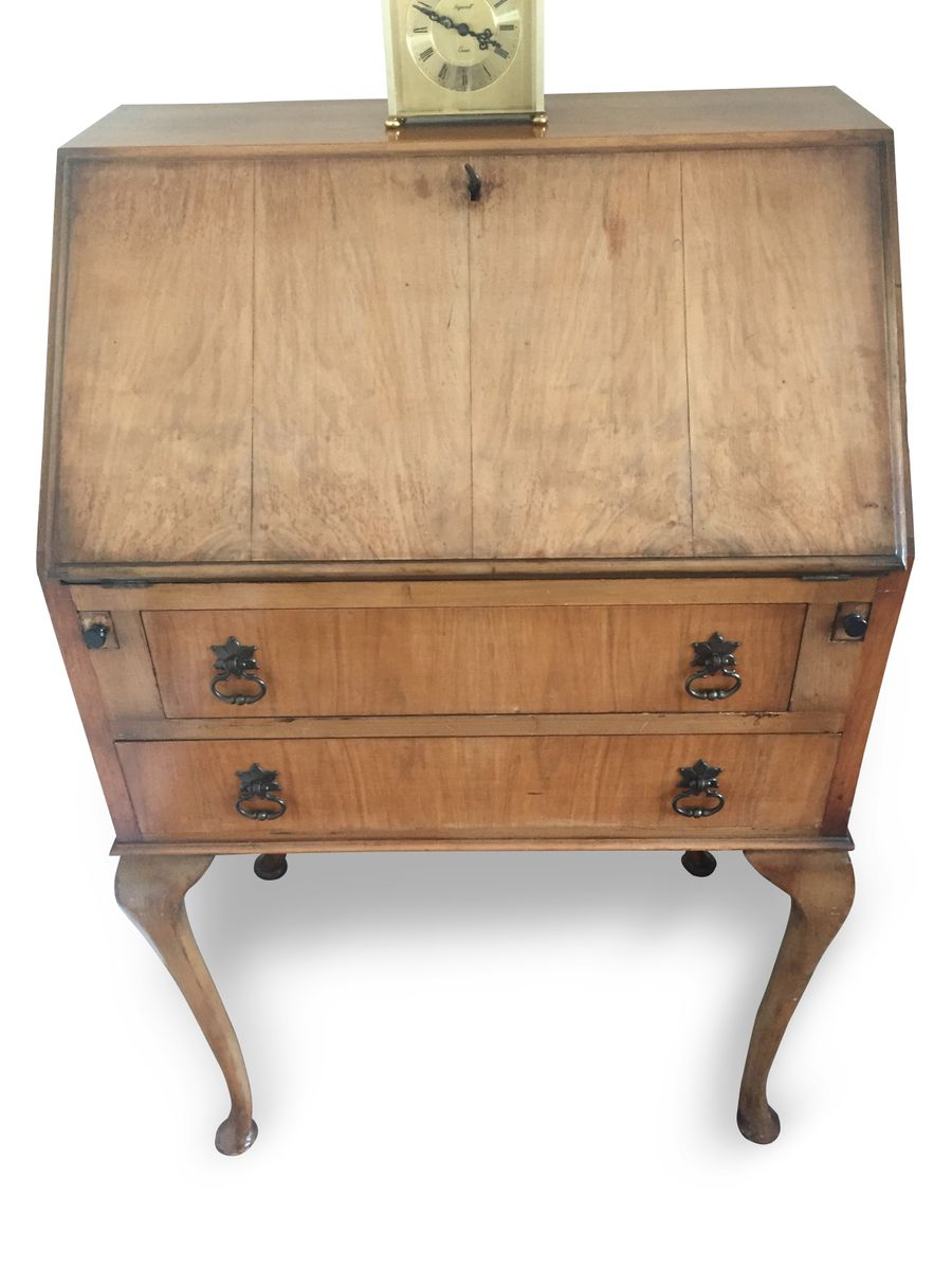Price: $1,322.00 Regular Price: $1,751.00 - Vintage British Light Oak Leather Lined Writing Bureau Desk For Sale