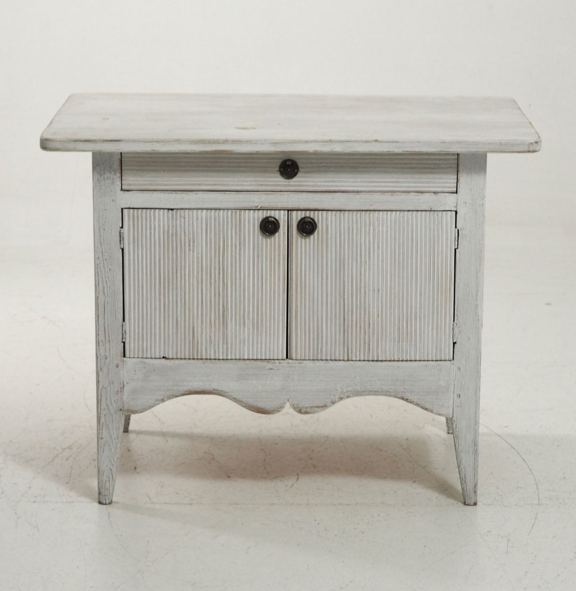 geschwungener geschnitzter antiker schrank bei pamono kaufen. Black Bedroom Furniture Sets. Home Design Ideas