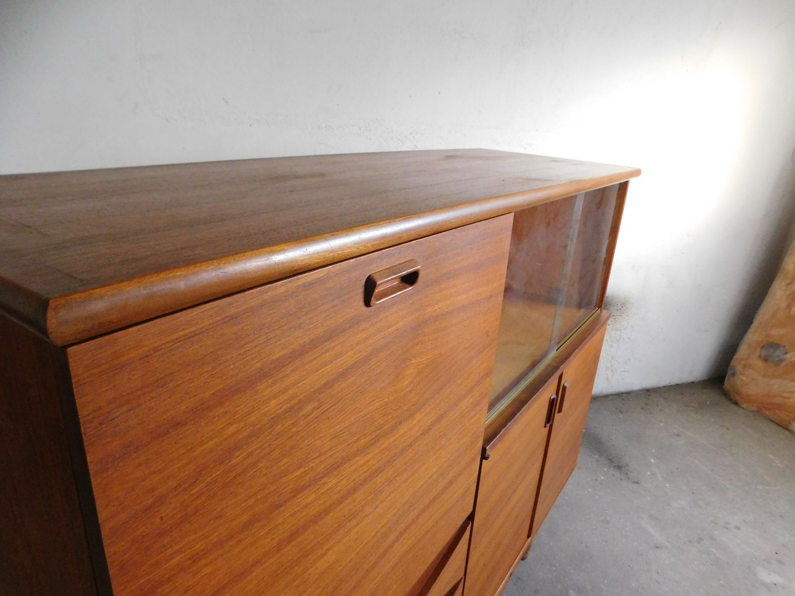 gro es teakholz sideboard mit schiebet ren aus glas. Black Bedroom Furniture Sets. Home Design Ideas