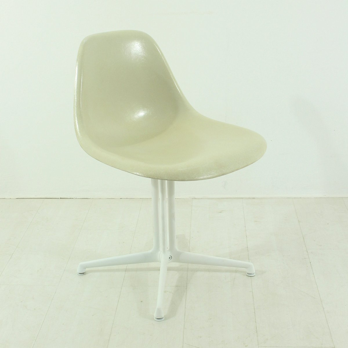 Offwhite la fonda chair by charles and ray eames for vitra for Chaise blanche eames