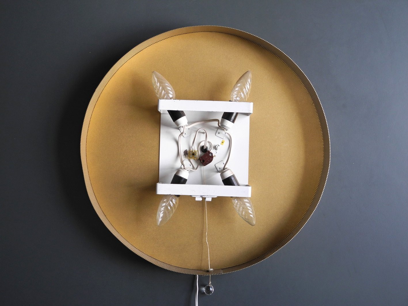 runder beleuchteter wandspiegel mit rahmen aus vergoldeten eisenreifen blumen 1960er bei. Black Bedroom Furniture Sets. Home Design Ideas