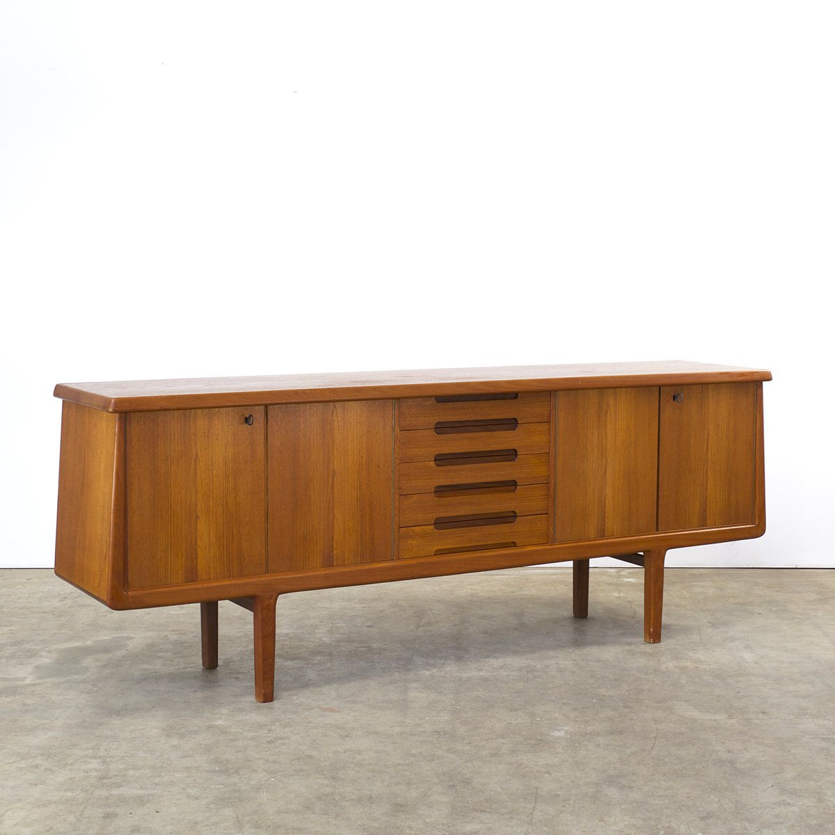 niedriges teak sideboard mit f nf schubladen 1960er bei pamono kaufen. Black Bedroom Furniture Sets. Home Design Ideas
