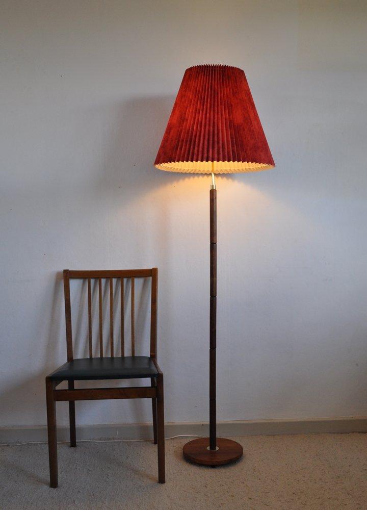 vintage nussholz stehlampe mit messing details bei pamono. Black Bedroom Furniture Sets. Home Design Ideas
