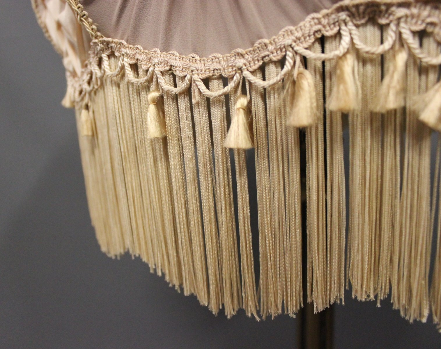 antike vergoldete stehlampe aus holz 1920er bei pamono kaufen. Black Bedroom Furniture Sets. Home Design Ideas