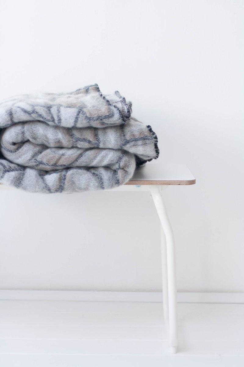 graue hide decke von nienke hoogvliet f r textiel museum. Black Bedroom Furniture Sets. Home Design Ideas