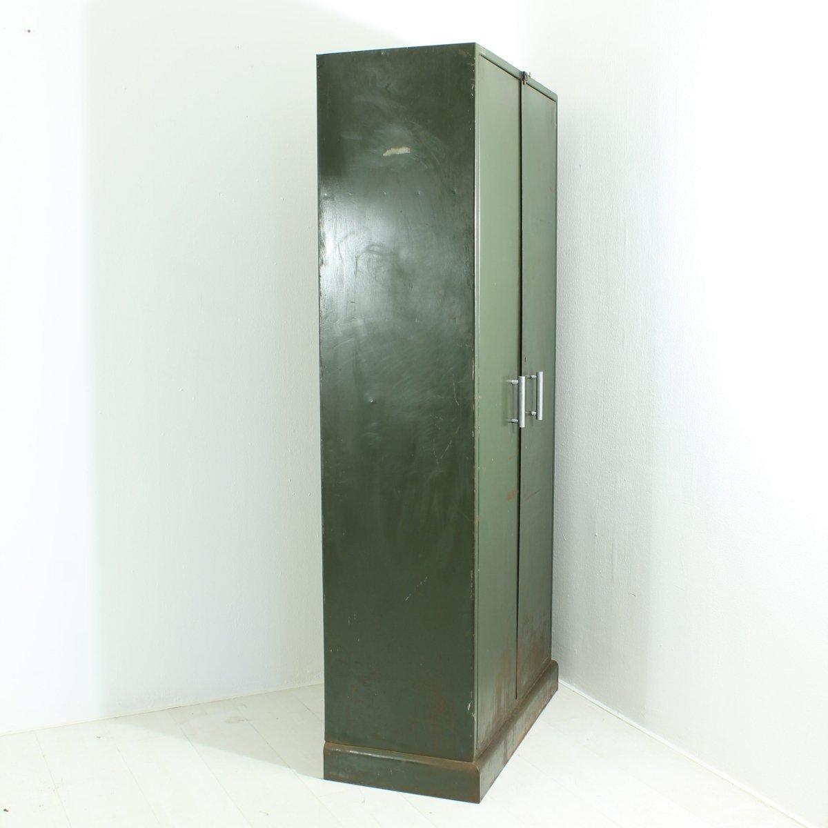 dunkelgr ner industrie schrank aus metall 1930er bei pamono kaufen. Black Bedroom Furniture Sets. Home Design Ideas