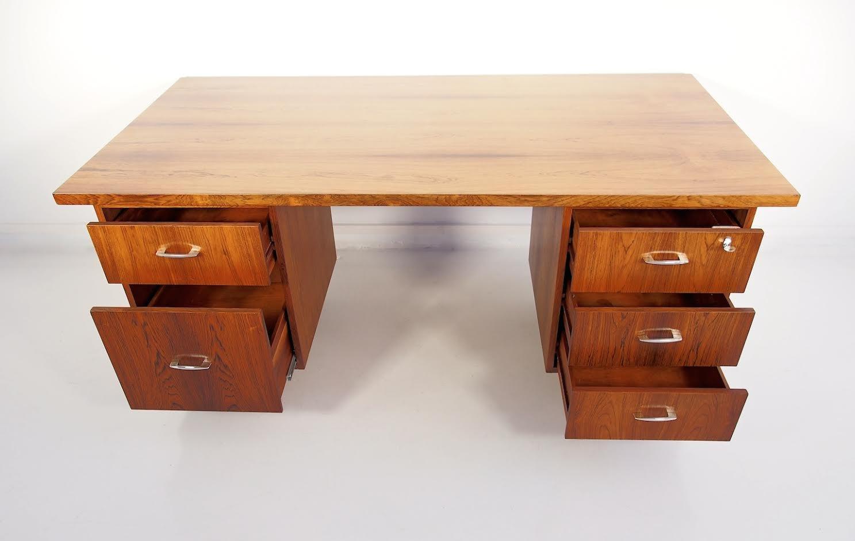 mid century palisander schreibtisch mit f nf schubladen bei pamono kaufen. Black Bedroom Furniture Sets. Home Design Ideas
