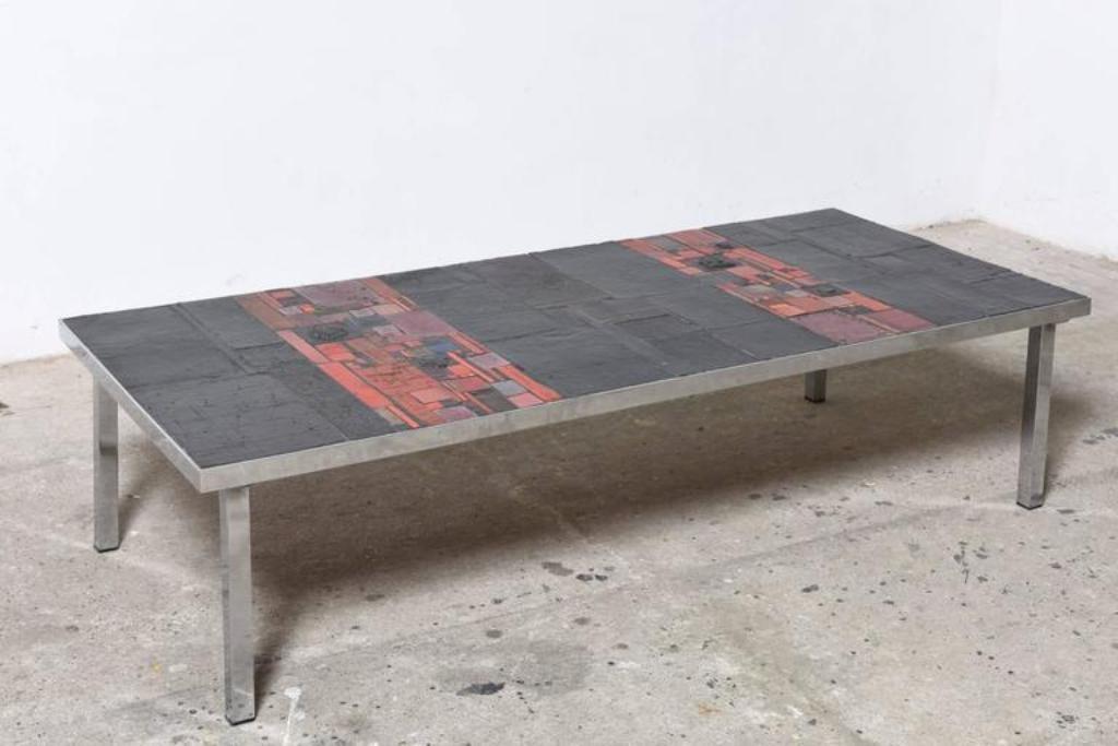 Grande table basse rectangulaire en carreaux de c ramique for Table en ceramique rectangulaire
