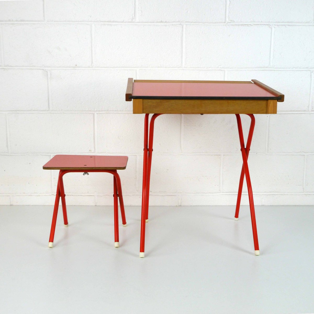 Roter vintage kinderpult mit hocker 1970er 2er set bei for Roter sessel mit hocker