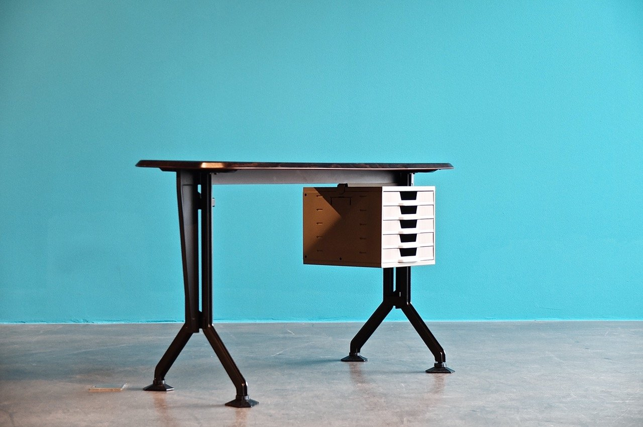 vintage arco metall schreibtisch von bbpr f r olivetti bei pamono kaufen. Black Bedroom Furniture Sets. Home Design Ideas