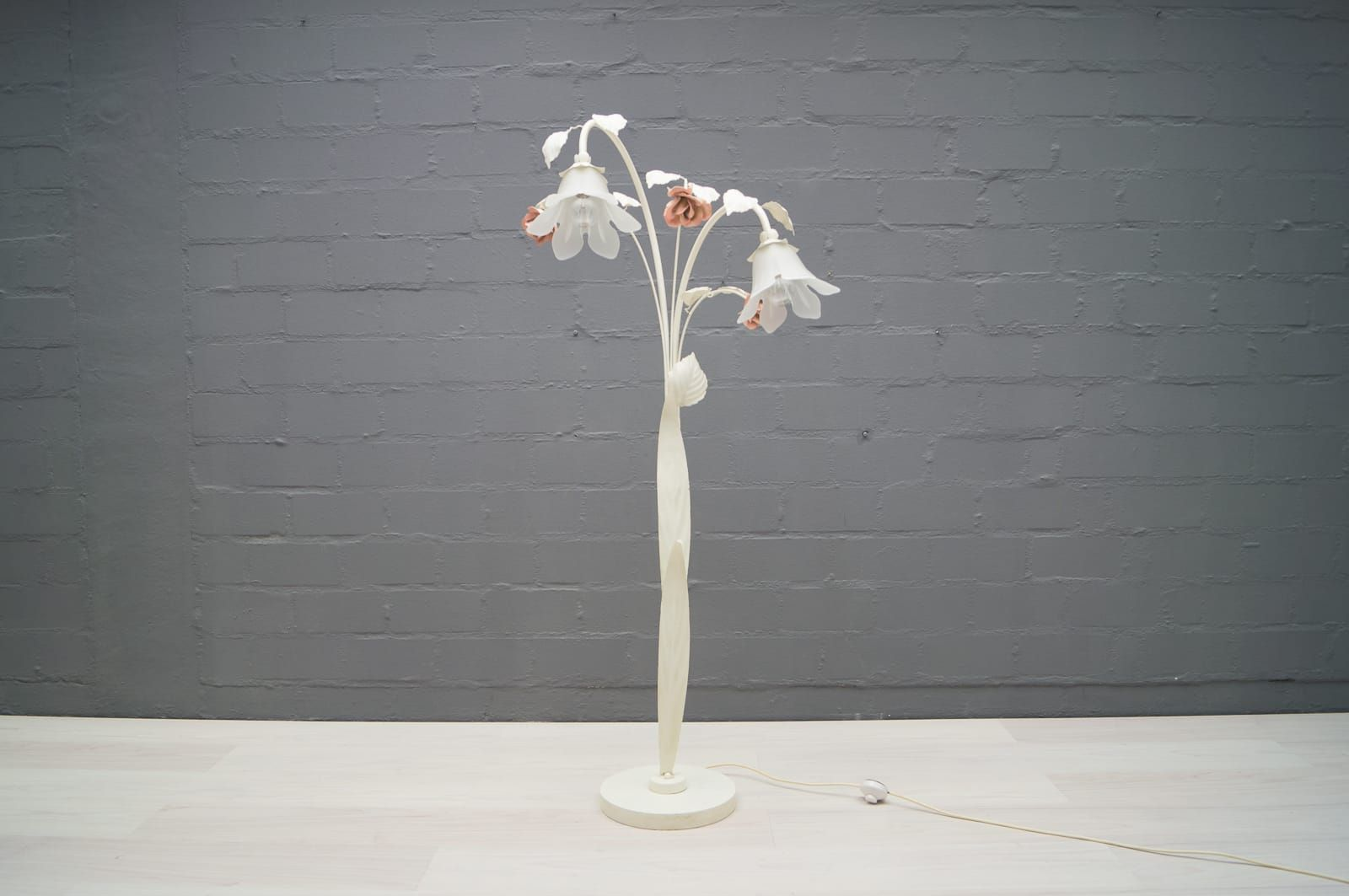 Italian Vintage Floral Floor Lamp in Metal, 1960s for sale at Pamono