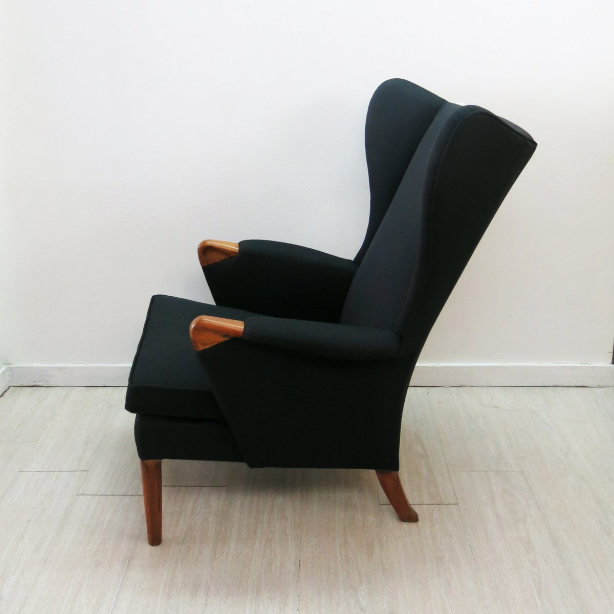 fauteuil oreilles noir avec pieds en teck de parker knoll 1960s en vente sur pamono. Black Bedroom Furniture Sets. Home Design Ideas