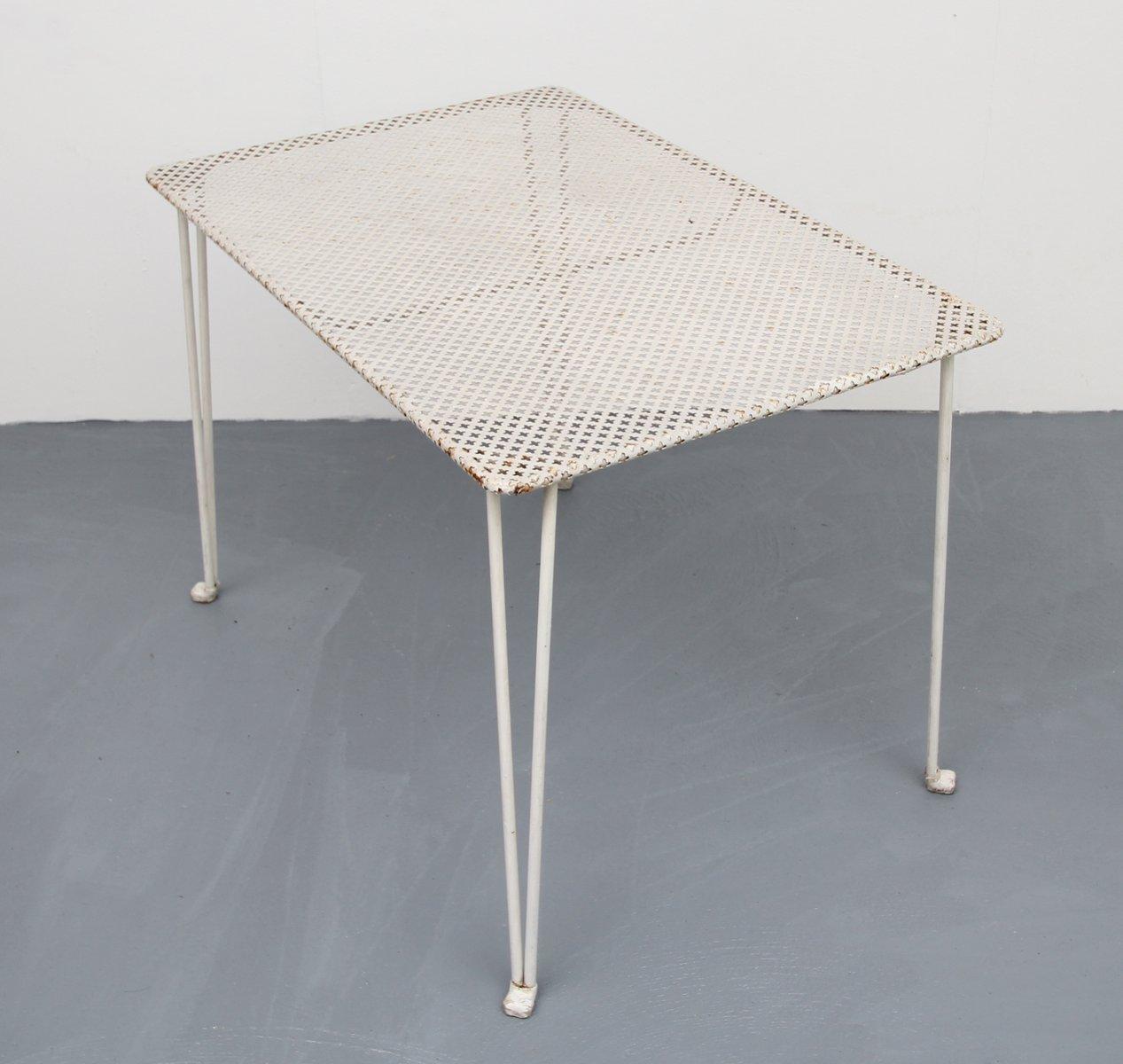 Wei er perforierter metall tisch 1950er bei pamono kaufen for Metall tisch
