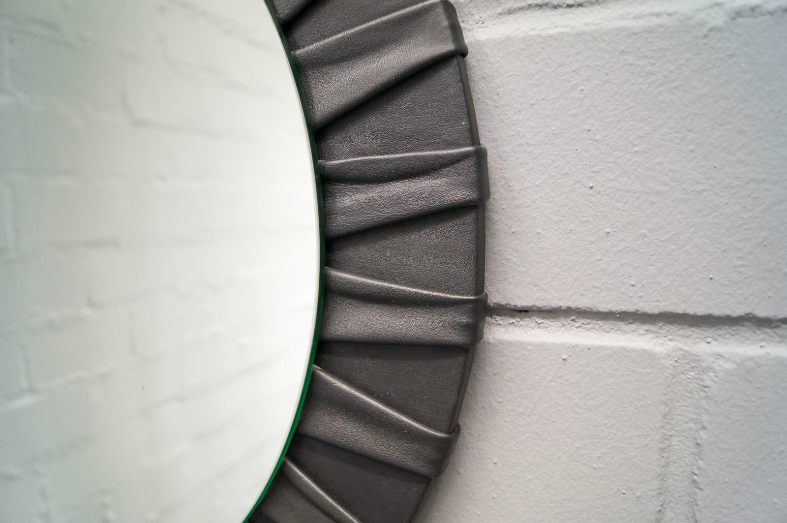 runder franz sischer vintage wandspiegel mit rahmen aus leder bei pamono kaufen. Black Bedroom Furniture Sets. Home Design Ideas