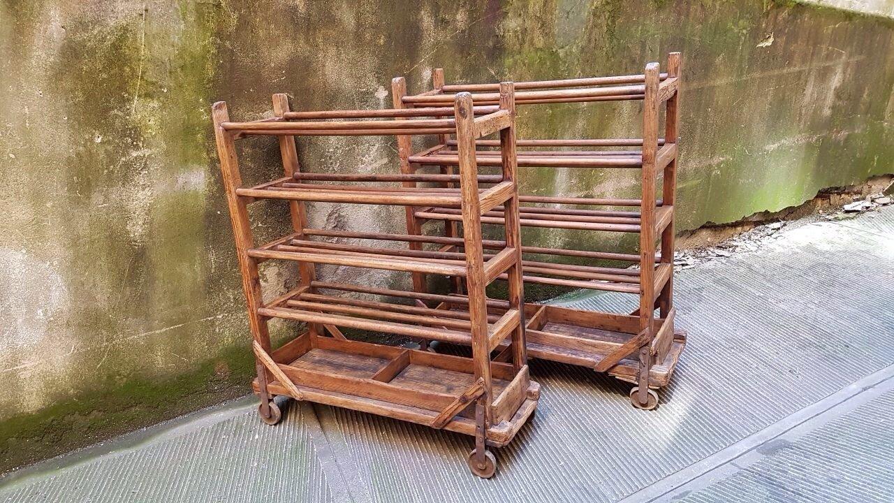 industrielles vintage holz schuhregal auf rollen bei pamono kaufen. Black Bedroom Furniture Sets. Home Design Ideas