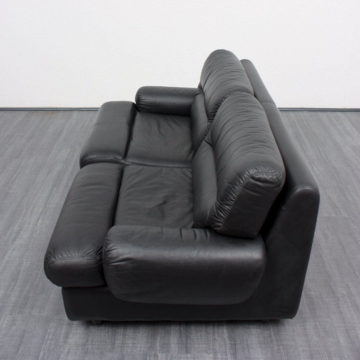 schwarzes vintage 2 sitzer ledersofa 1970er bei pamono kaufen. Black Bedroom Furniture Sets. Home Design Ideas