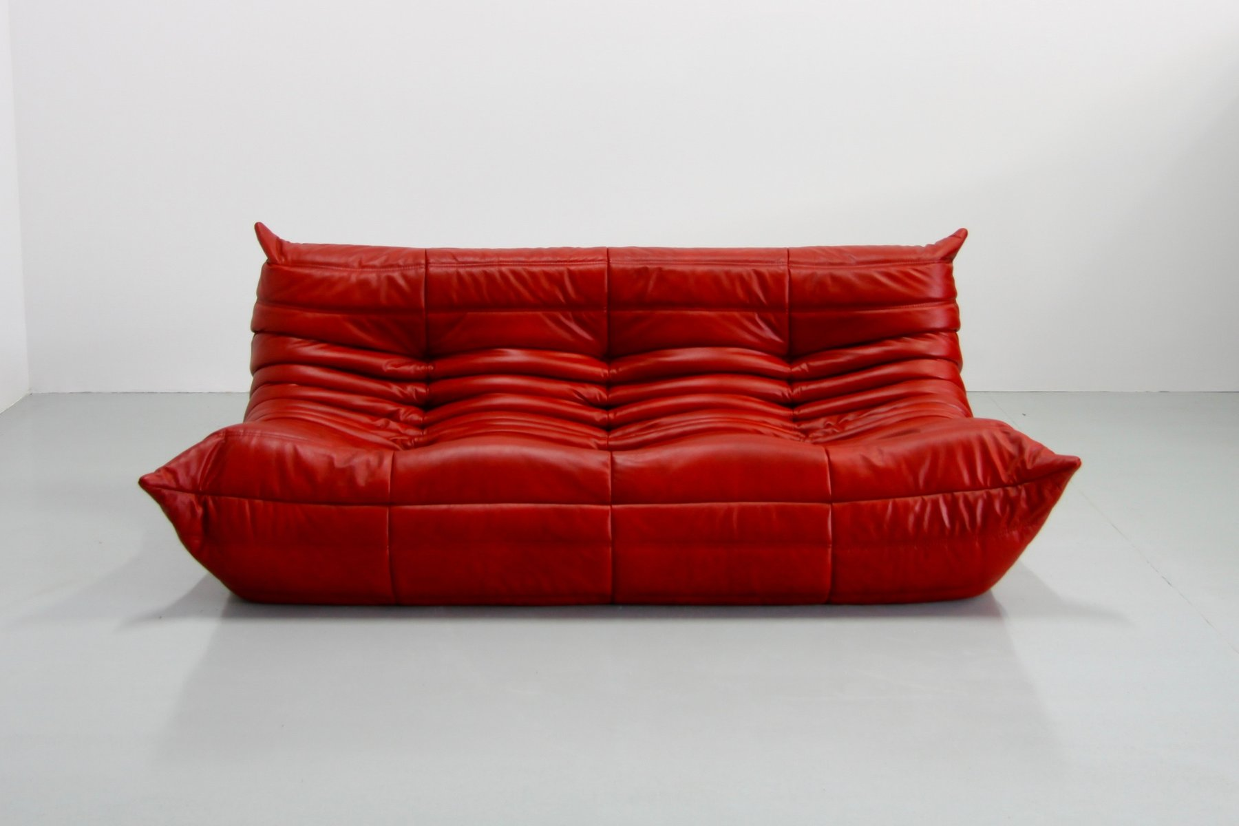 Vintage red leather togo sofa by michel ducaroy for ligne for Ligne roset ulm
