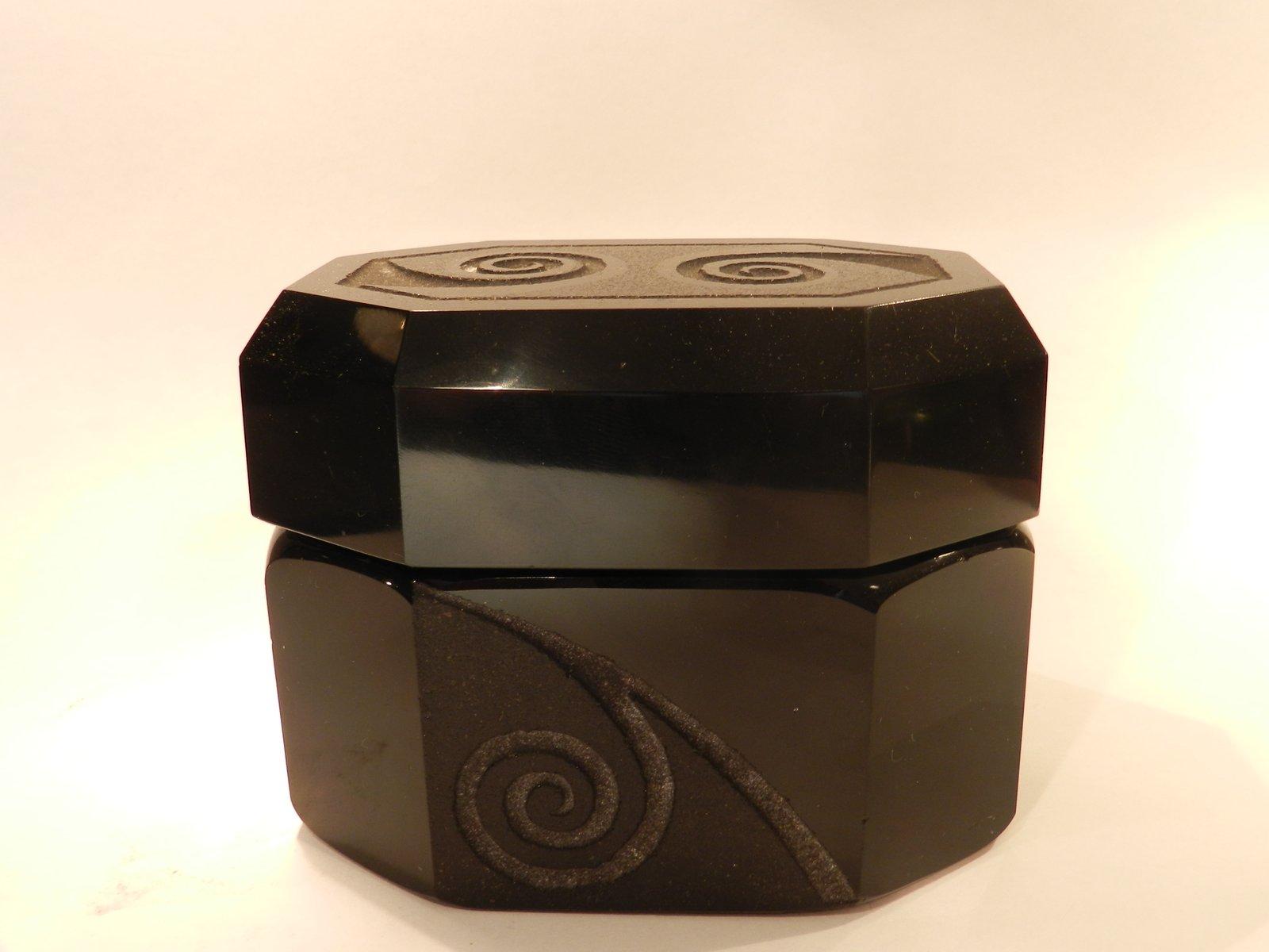 bo te bonbons noire en verre opaque par jean luce en. Black Bedroom Furniture Sets. Home Design Ideas